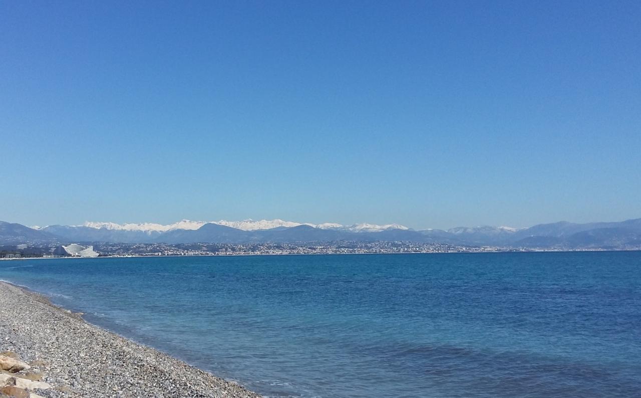 Jolie vue de la montagne depuis le bord de mer